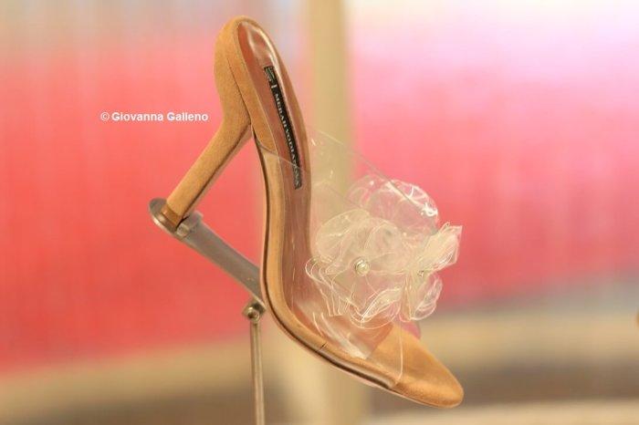 Merah Vodianova MICAM86 zapatos transparentes con flor - Photo by Giovanna Galleno